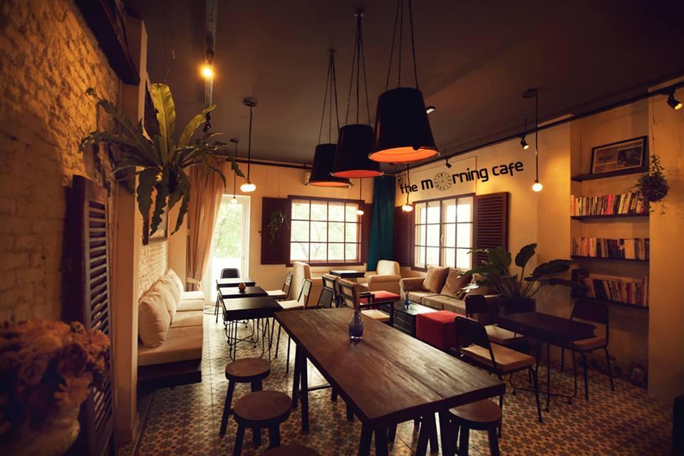 The Morning (Lê Lợi, quận 1): Với sự yên tĩnh và thư thái nơi đây, du khách sẽ có cảm giác như lạc vào một thành phố khác. Một giá sách dành cho những người thích đọc và những món đồ uống ngọt ngào giúp du khách lấy lại năng lượng sau một ngày khám phá Sài Gòn.