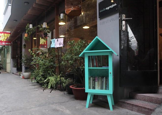 Giới trẻ Sài Gòn lập tủ sách miễn phí ở nơi công cộng