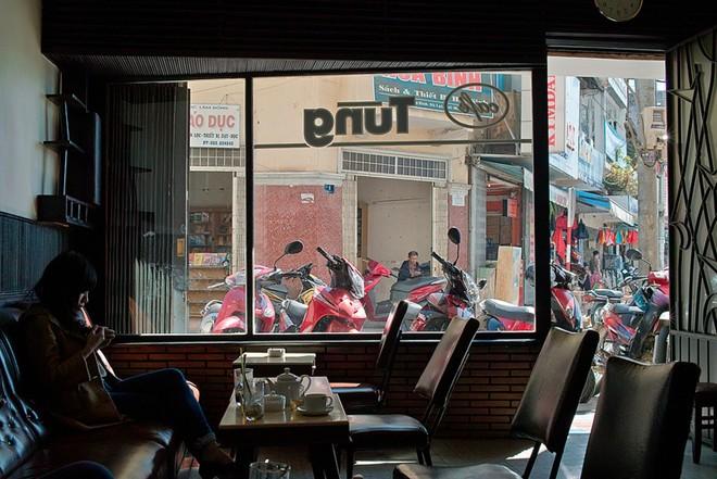 5. Cà phê Tùng (khu Hòa Bình): Quán nhỏ, không gian không đặc sác, bàn ghế cũ kỹ... Song, quán đã tồn tại gần thế kỷ và là điểm dừng chân của bất kỳ ai muốn ngắm nhìn nhịp sống qua cửa kính.