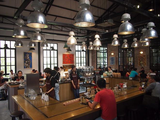 The Workshop (Ngô Đức Kế, quận 1): Nằm ở trung tâm quận 1, với thiết kế trần cao và nội thất tối giản tạo không gian rộng mở, The Workshop được nhiều du khách chọn lựa để làm việc. Quán có nhiều món cà phê pha chế theo kiểu châu Âu và các món ăn nhẹ. Ảnh: Nomadicnotes.