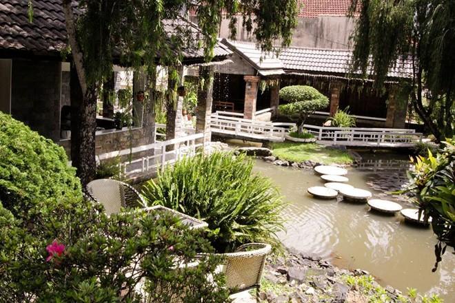 Rainy (đường Hùng Vương): Đến Rainy, bạn có thể vừa ngắm hồ, vừa ngắm khoảng trời xanh in bóng trên mặt nước. Ảnh: Facebook của quán.