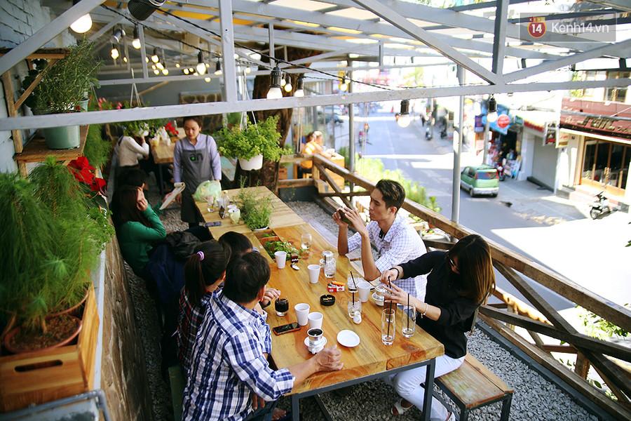 Một khu vực ngồi ngoài trời hướng ra đường 3/2, dành cho nhóm bạn đông người.