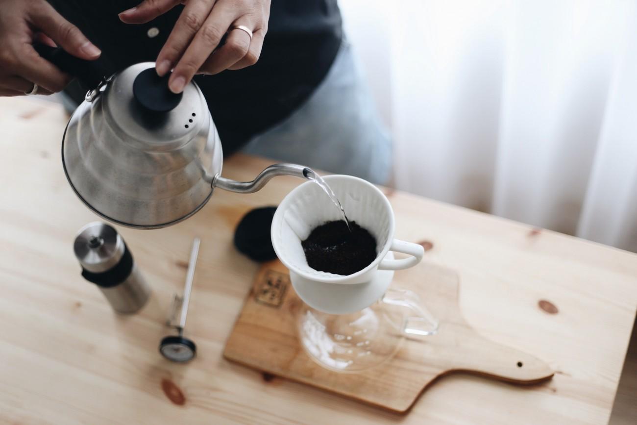 V60 Sứ của Kalita và bình Coffee Serve của Tiamo