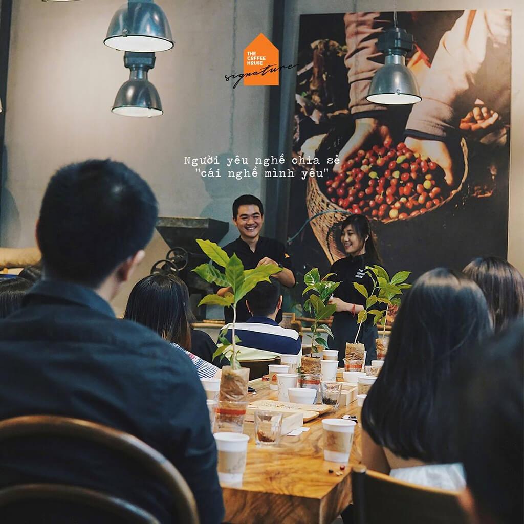 """Anh Nguyễn Văn Hòa - Chuyên gia thu mua cà phê nhân của The Coffee House trong workshop """"Nghe Nhà Cà Phê kể chuyện."""""""